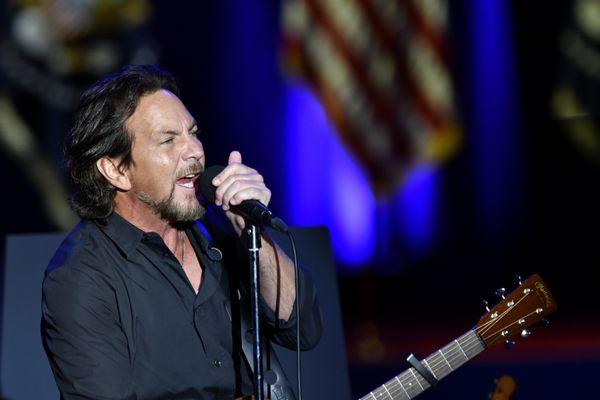 Eddie Vedder performs before Obama's farewell address.