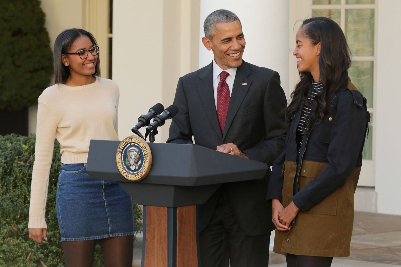 President Barack Obama delivers remarks with his daughters Sasha (L) and Malia during the annual turkey pardoning ceremony in the Rose Garden at the White House November 25, 2015.