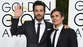 Diego Luna (L) and Gael Garcia Bernal arrive at the 74th annual Golden Globe Awards, January 8, 2017, at the Beverly Hilton Hotel in Beverly Hills, California.  / AFP / VALERIE MACON        (Photo credit should read VALERIE MACON/AFP/Getty Images)