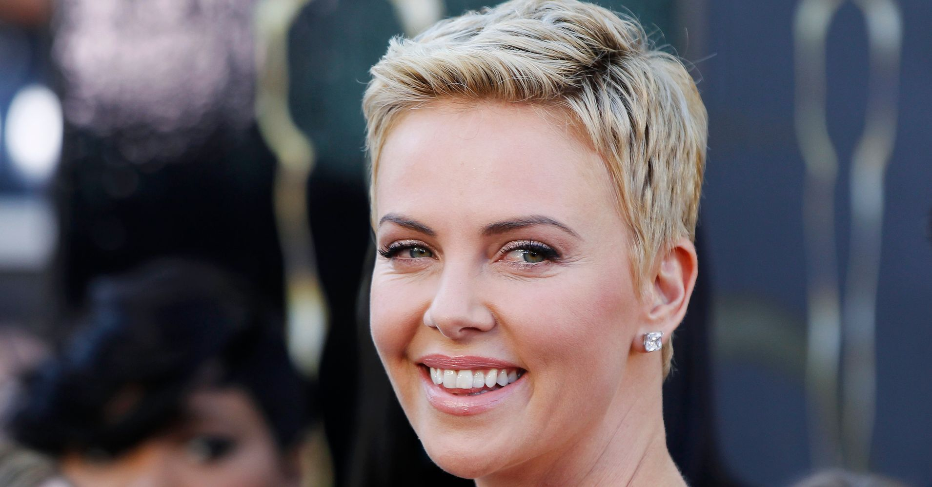haircuts for fifty 19 times charlize theron inspired us to cut our hair 5877