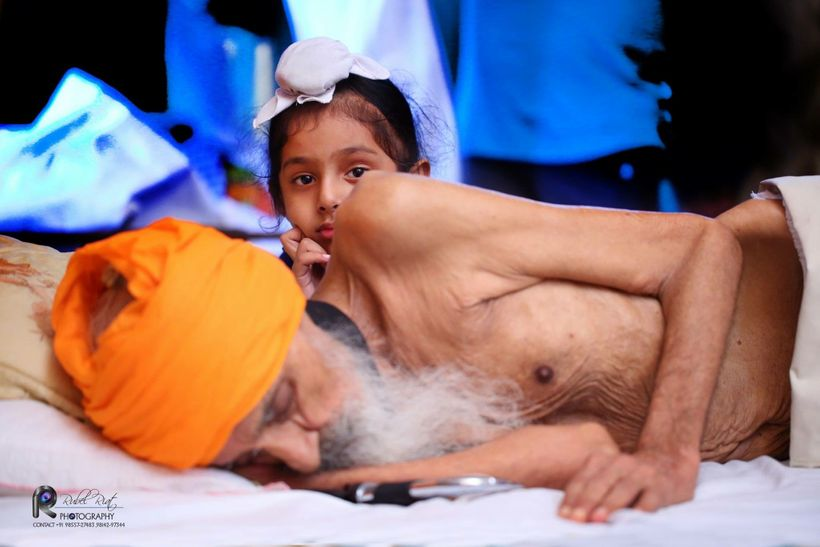 """Bapu Surat Singh Khalsa with his grandson at home in Hassanpur, Punjab (courtesy of <a rel=""""nofollow"""" href=""""https://www.faceb"""