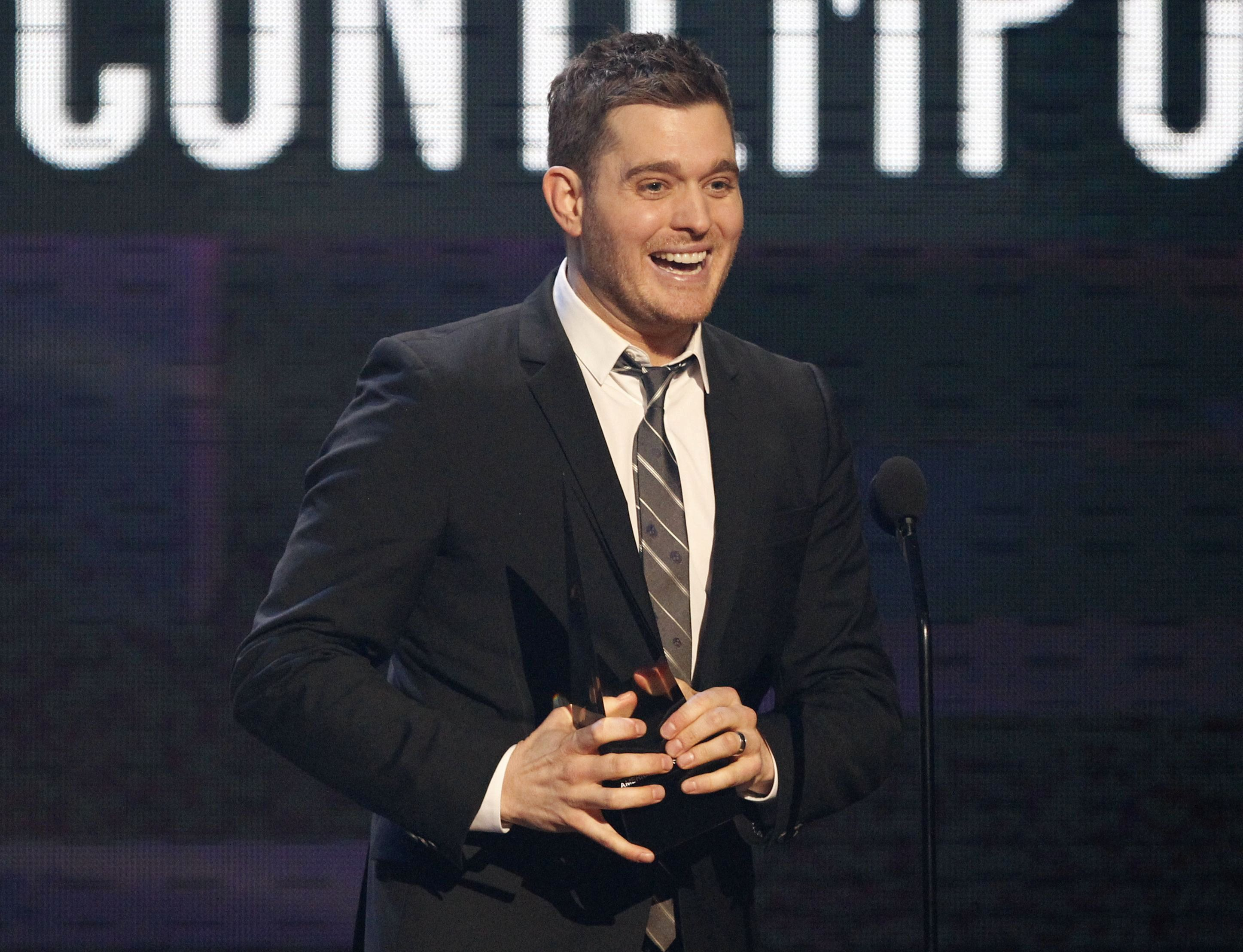 Canadian singer Michael Buble accepts the award for Favorite Adult Contemporary Artist at the 2010 American Music Awards in Los Angeles November 21, 2010.    REUTERS/Mario Anzuoni (UNITED STATES - Tags: ENTERTAINMENT) (AMA-SHOW)