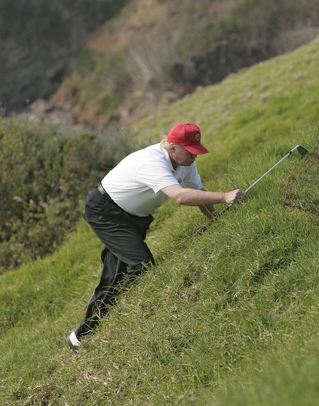 ゴルフ大好きトランプ氏 傾斜のある芝生をよじ登る姿で雑コラ大会