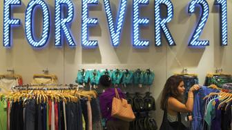 Women shop for clothes in clothing retail store Forever 21 in New York August 19, 2013.  REUTERS/Lucas Jackson (UNITED STATES - Tags: BUSINESS)