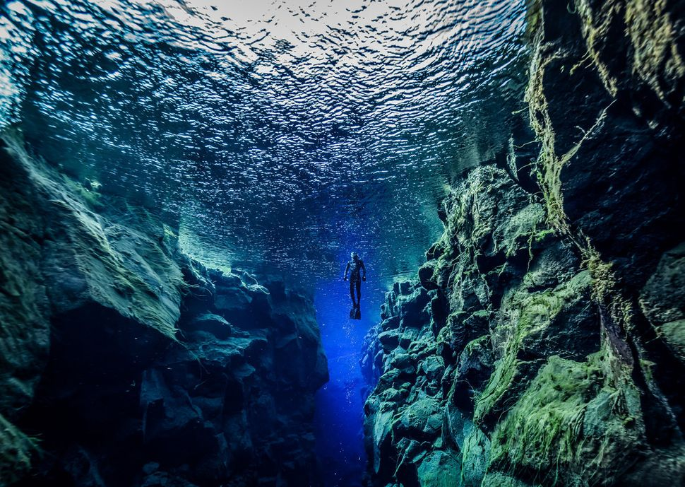 """You can <a href=""""http://www.huffingtonpost.com/entry/silfra-fissure-iceland-dive-continents_us_56740903e4b014efe0d50a05"""">dive"""