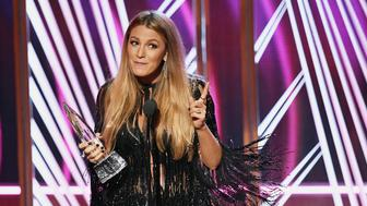 LOS ANGELES, CA - JANUARY 18:  Actress Blake Lively accepts Favorite Dramatic Movie Actress onstage during the People's Choice Awards 2017 at Microsoft Theater on January 18, 2017 in Los Angeles, California.  (Photo by Kevin Winter/Getty Images)