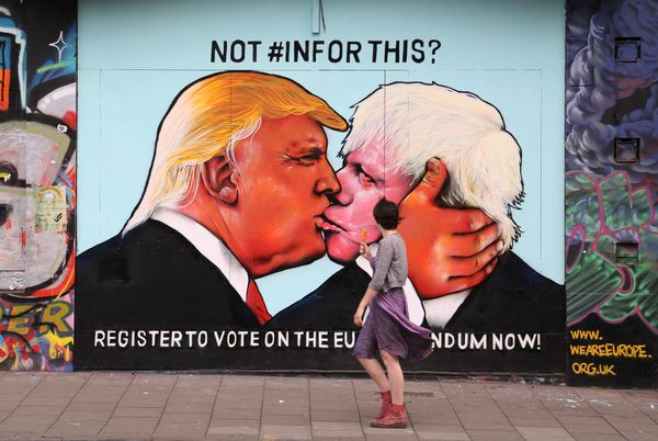 "Trump <a href=""http://www.huffingtonpost.com/entry/donald-trump-street-art-mural-bristol_us_57443147e4b045cc9a71d728"">locks l"