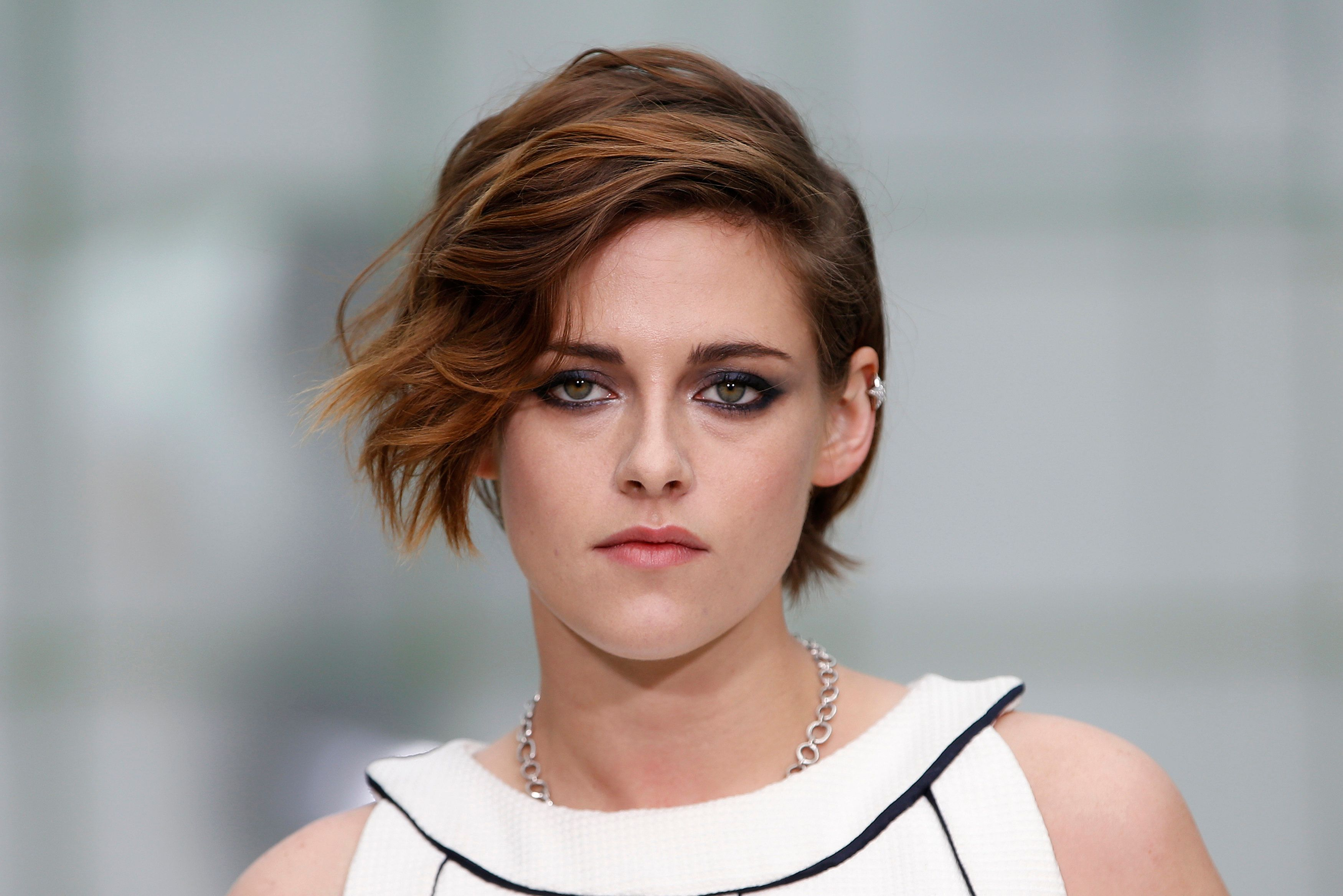 Actress Kristen Stewart poses before German designer Karl Lagerfeld Haute Couture Spring Summer 2015 fashion show for French fashion house Chanel in Paris January 27, 2015.    REUTERS/Charles Platiau (FRANCE  - Tags: FASHION ENTERTAINMENT HEADSHOT)