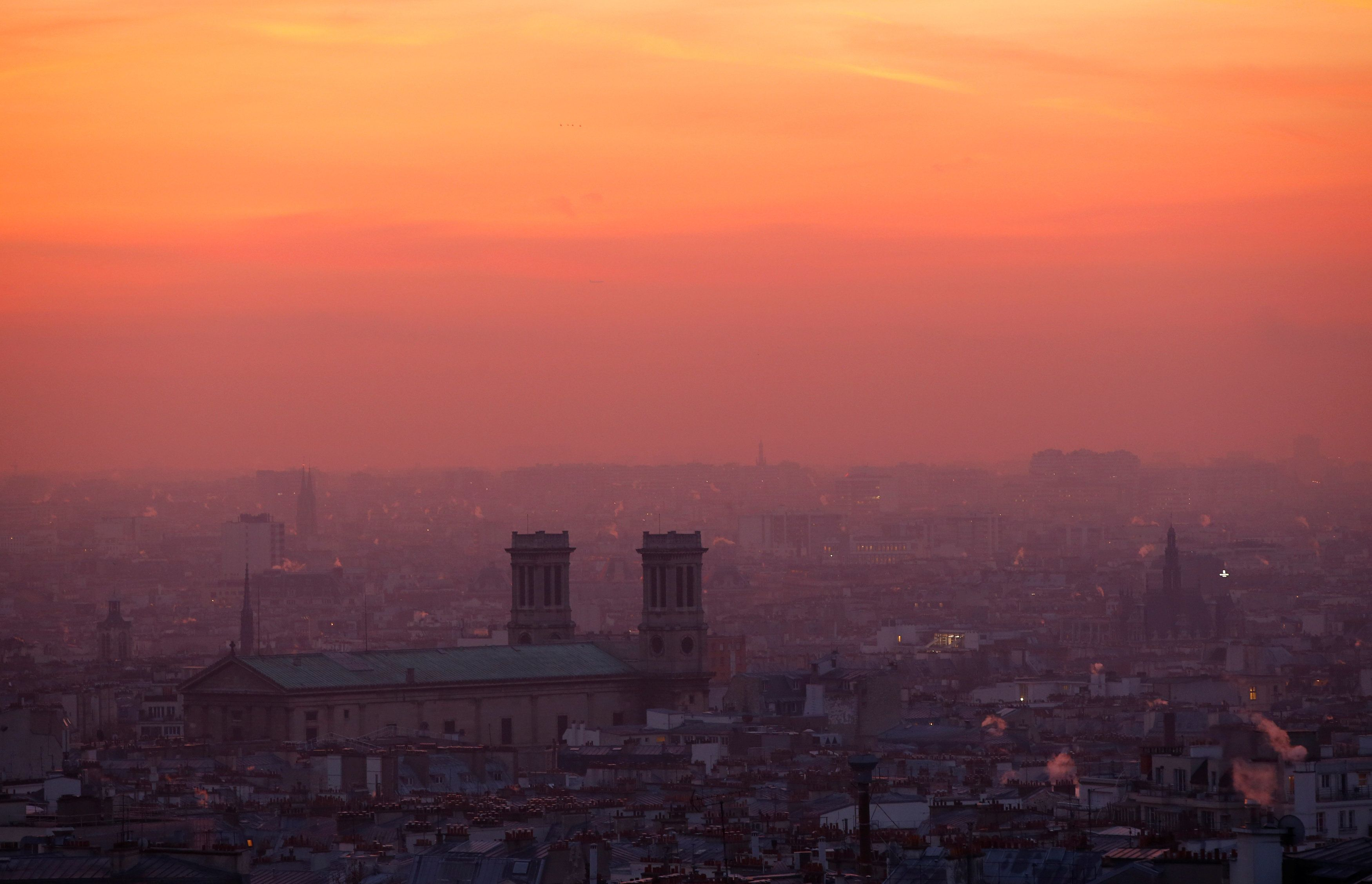 A small-particle haze hangs above the skyline in Paris, France, December 9, 2016 as the City of Light experienced the worst air pollution in a decade.  REUTERS/Gonzalo Fuentes