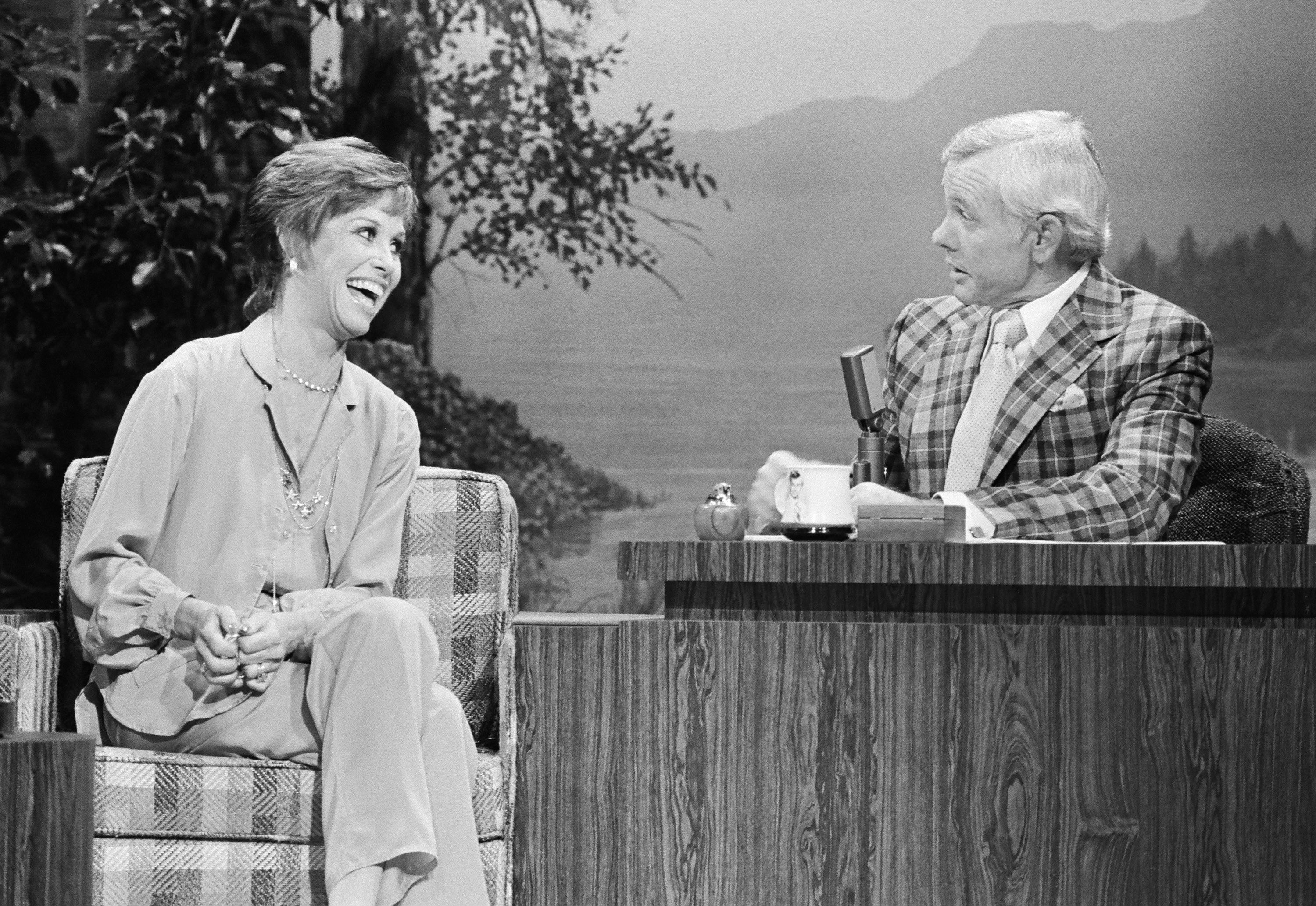 THE TONIGHT SHOW STARRING JOHNNY CARSON -- Pictured: (l-r) Actress Mary Tyler Moore, host Johnny Carson on November 3, 1978-- (Photo by: NBC/NBCU Photo Bank via Getty Images)