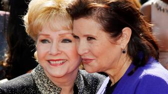Actress Debbie Reynolds (L) and her daughter Carrie Fisher (R) arrive at the 2011 Primetime Creative Arts Emmy Awards in Los Angeles September 10, 2011. REUTERS/Danny Moloshok (UNITED STATES - Tags: ENTERTAINMENT)