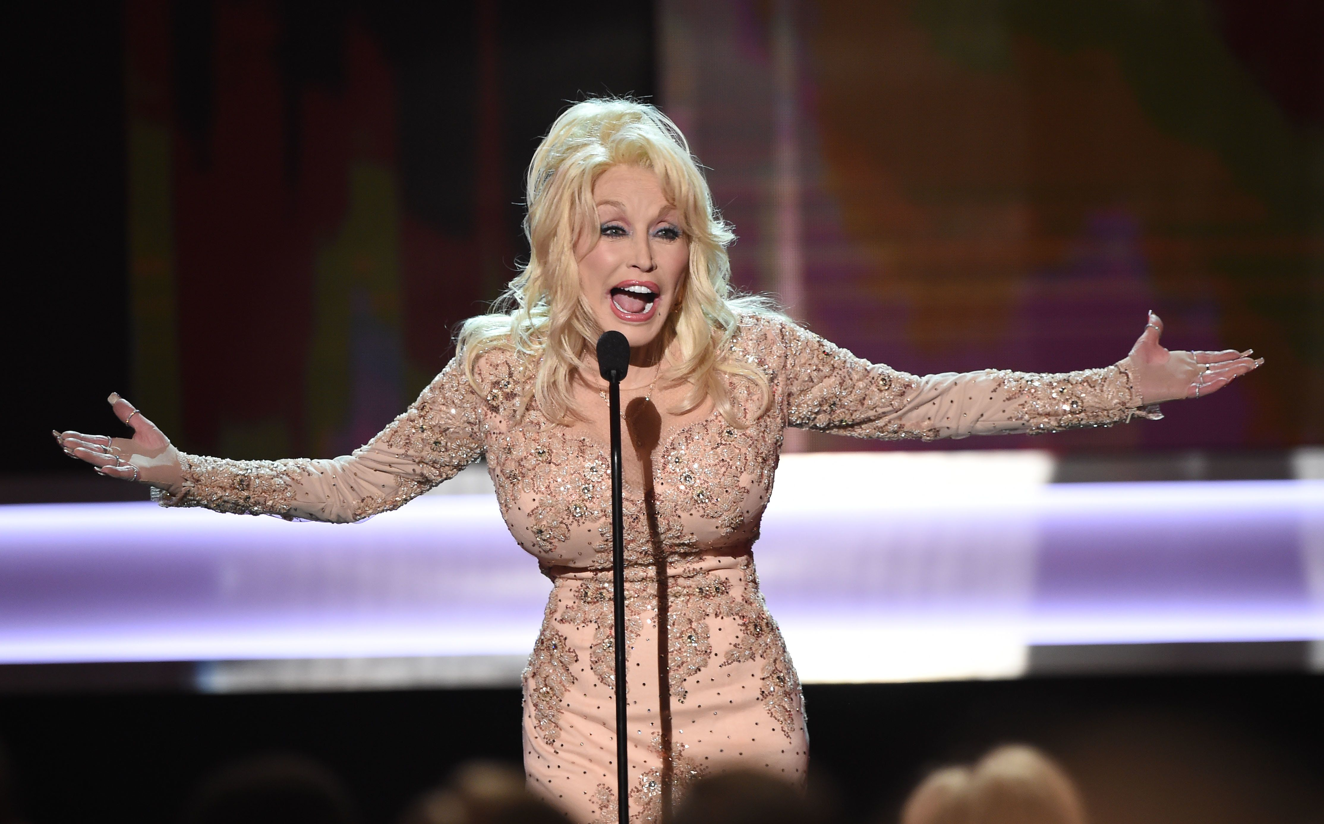 Singer/actor Dolly Parton speaks onstage during the 23rd Annual Screen Actors Guild Awards show at The Shrine Auditorium on January 29, 2017 in Los Angeles, California. / AFP / Robyn BECK        (Photo credit should read ROBYN BECK/AFP/Getty Images)