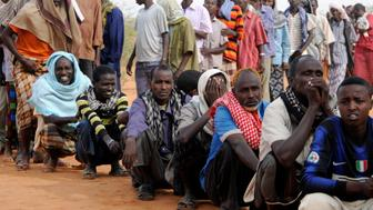Newly arrived Somali refugees line up to wait for the reception center to open at Ifo settlement at Kenya's Dadaab Refugee Camp, situated northeast of the capital Nairobi near the Somali border, September 1, 2011.  REUTERS/Jonathan Ernst (KENYA - Tags: SOCIETY)