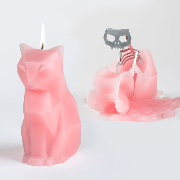 "What a wonderfully morbid Valentine's Day gift: <a href=""https://pyropetcandles.com/"" target=""_blank"">A cute candle of a kitt"