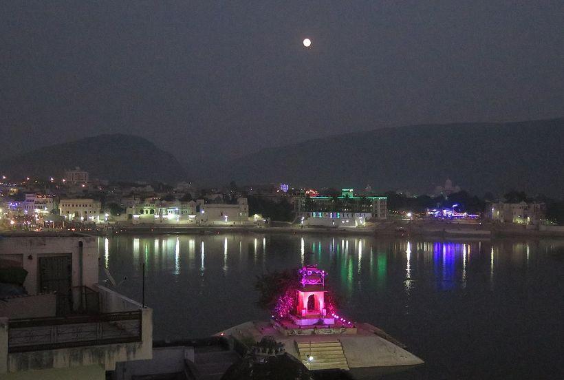 T<em>emple of Brahma, Pushkar Lake </em>    ��~����E�