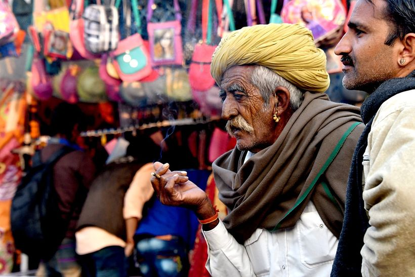 <em>The bustling market at the Pushkar Camel Fair</em>    o tr|����E�