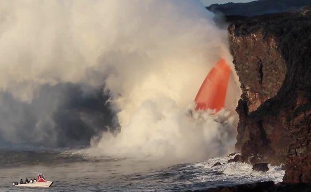 ハワイ・キラウエア火山、溶岩が太平洋に流れ出す「火のホース」が捉えられる(動画)