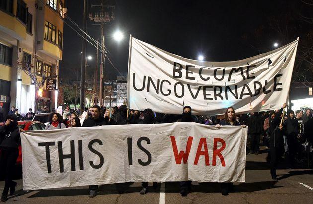 トランプ支持者の大学での講演、抗議デモの暴徒化で中止に