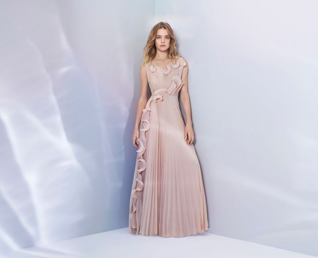 Natalia Vodianova mengenakan Gaun H&M yang terbuat dari plastik | huffingtonpost.com
