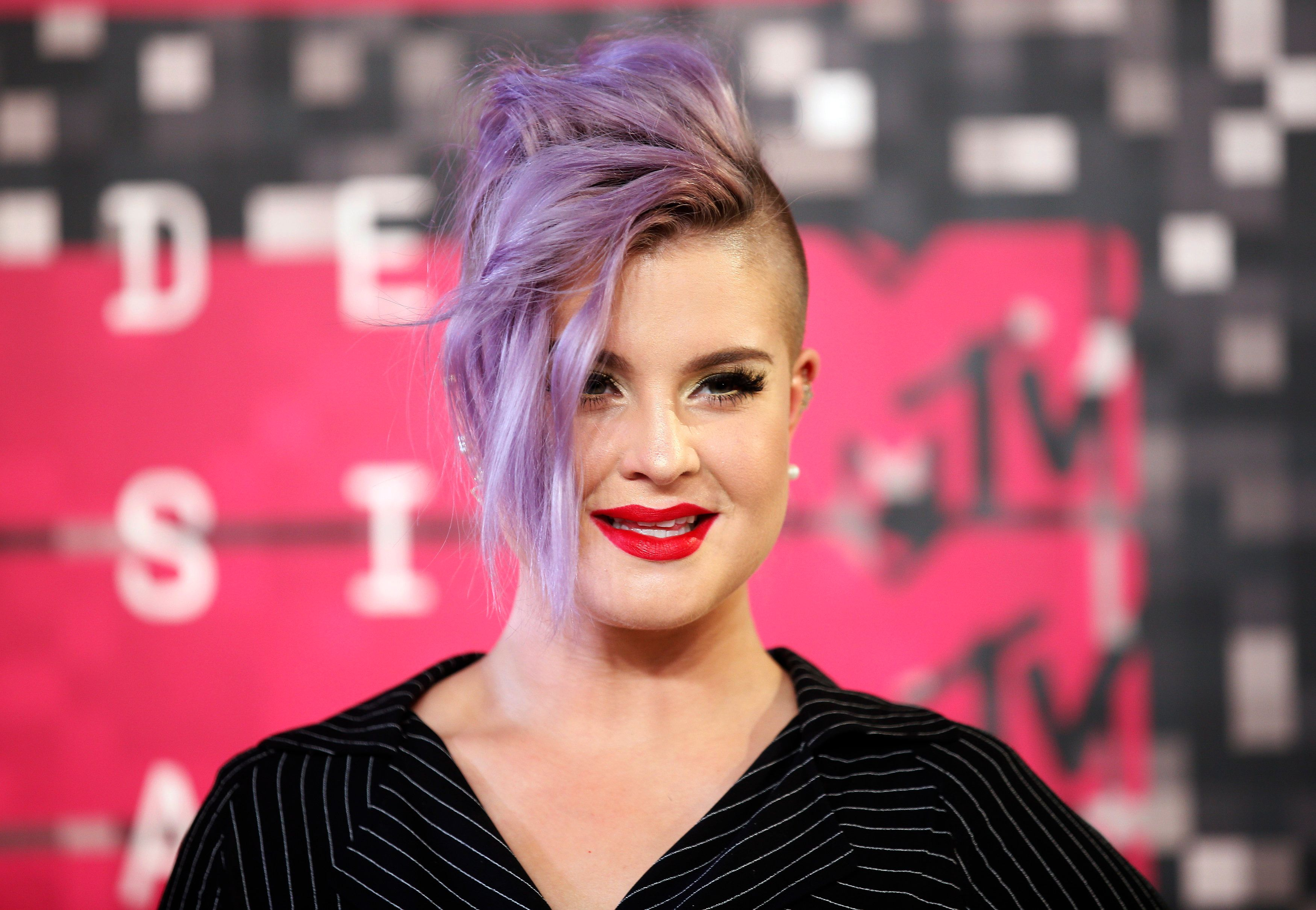 TV personality Kelly Osbourne arrives at the 2015 MTV Video Music Awards in Los Angeles, California, August 30, 2015.  REUTERS/Danny Moloshok