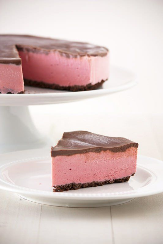 "<strong>Get the <a href=""http://www.handletheheat.com/chocolate-covered-strawberry-ice-cream-pie/"" target=""_blank"">Chocolate"