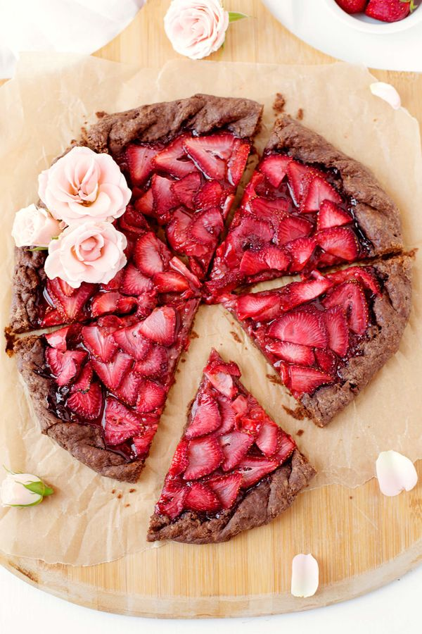 "<strong>Get the <a href=""http://www.abeautifulmess.com/2016/07/strawberries-and-champagne-galette-with-a-chocolate-crust.html"