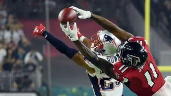 Julio Jones #11 of the Atlanta Falcons makes a catch over Eric Rowe #25 of the New England Patriots during the fourth quarter during Super Bowl 51 at NRG Stadium on February 5, 2017 in Houston, Texas.  / AFP / Timothy A. CLARY        (Photo credit should read TIMOTHY A. CLARY/AFP/Getty Images)