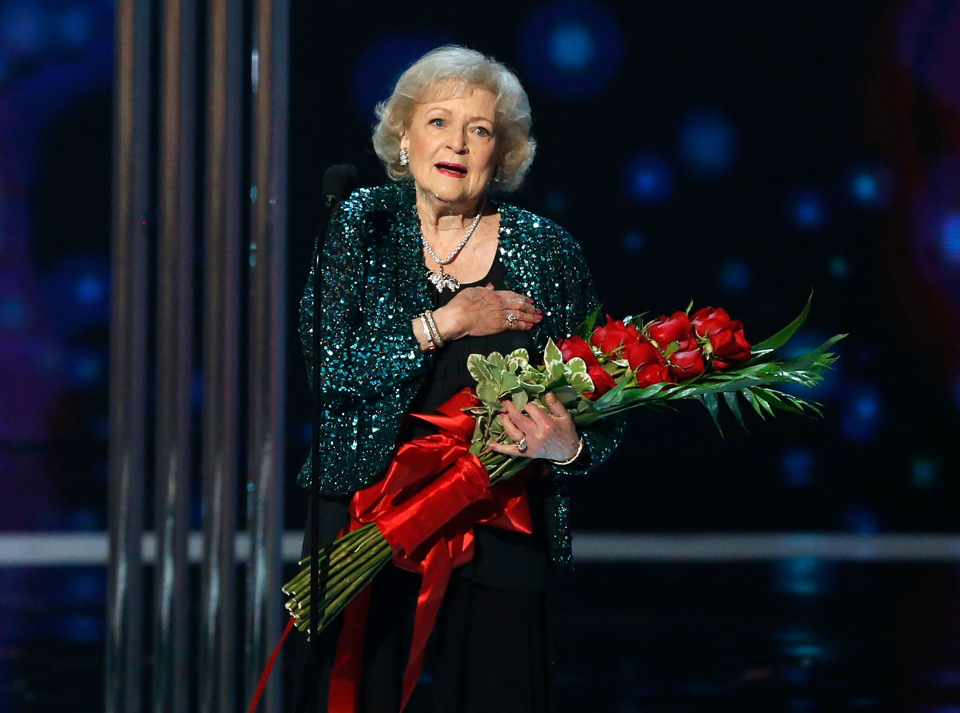 Actress Betty White accepts the favorite TV Icon award during the 2015 People's Choice Awards in Los Angeles, California January 7, 2015.   REUTERS/Mario Anzuoni (UNITED STATES  - Tags: ENTERTAINMENT)    (PEOPLESCHOICE-SHOW)