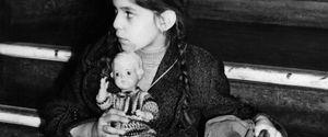 FORMAT PORTRAIT TOY DOLL LUGGAGE FEMALE CHILD SITT