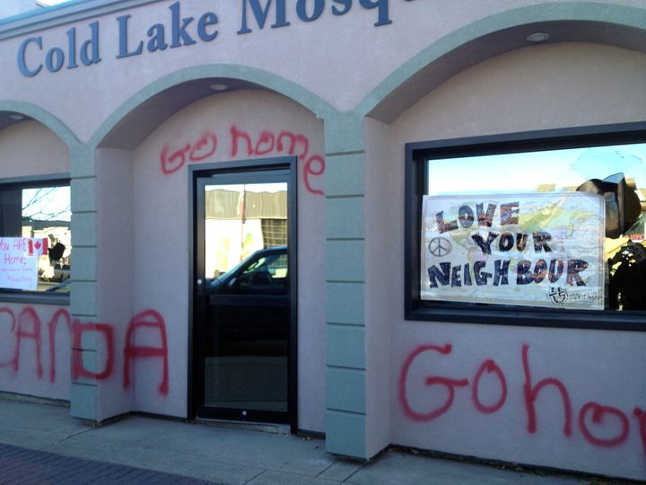 """Graffiti reading """"<a href=""""http://www.huffingtonpost.ca/2014/10/24/cold-lake-mosque_n_6043086.html"""" target=""""_blank"""">Go home</"""
