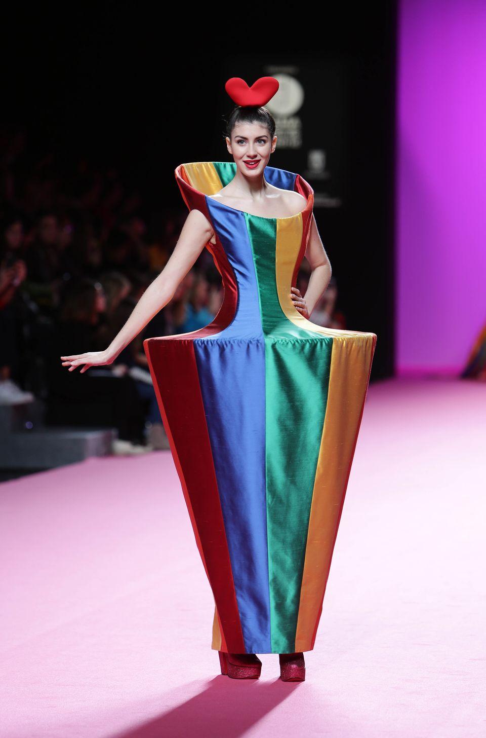 メルヘンすぎる「ドーナツドレス」がファッションショーに登場