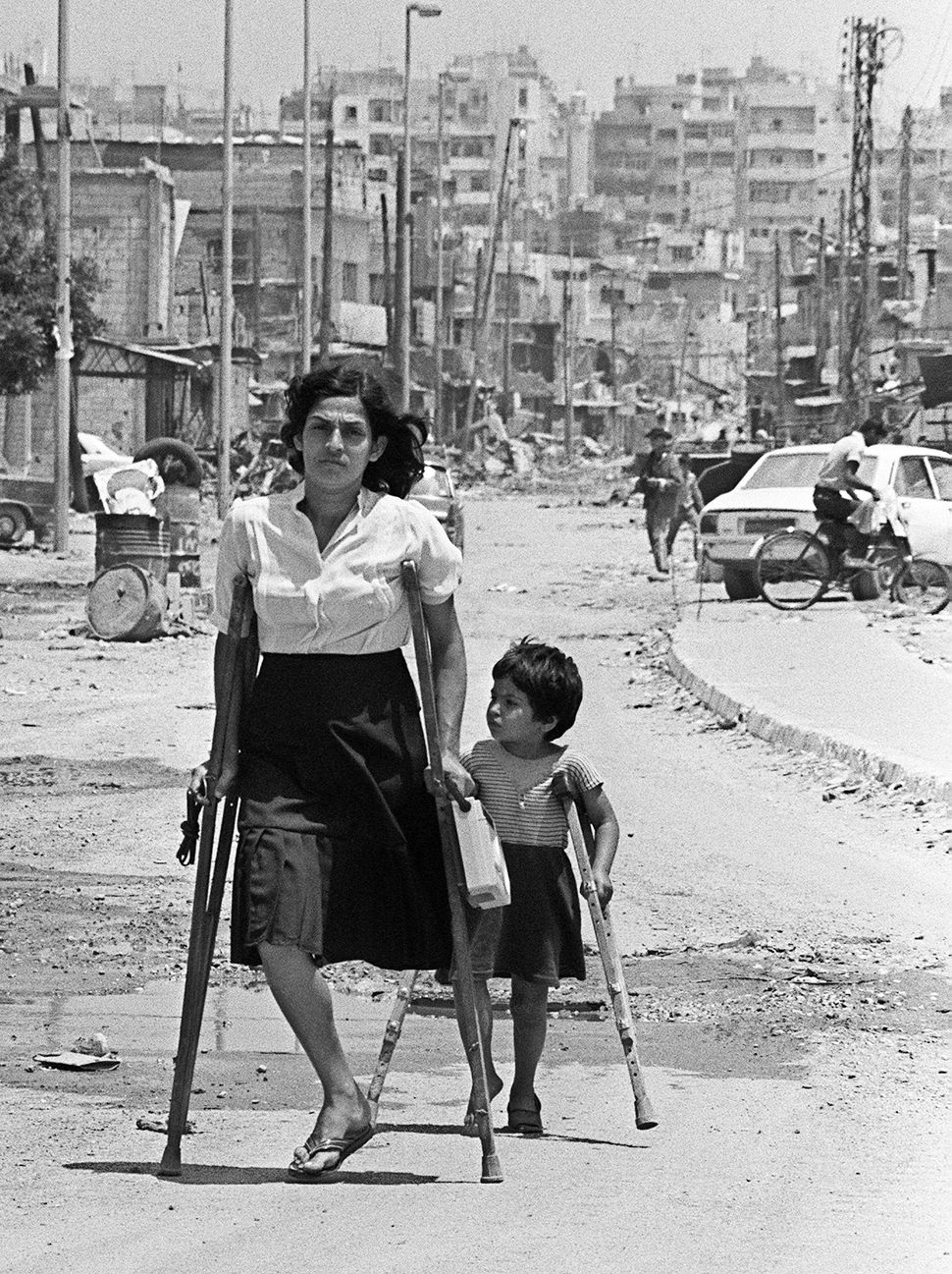 A Palestinian woman and her daughter come back from the Shatila refugee camp, near Beirut on June 10, 1985, where they went t