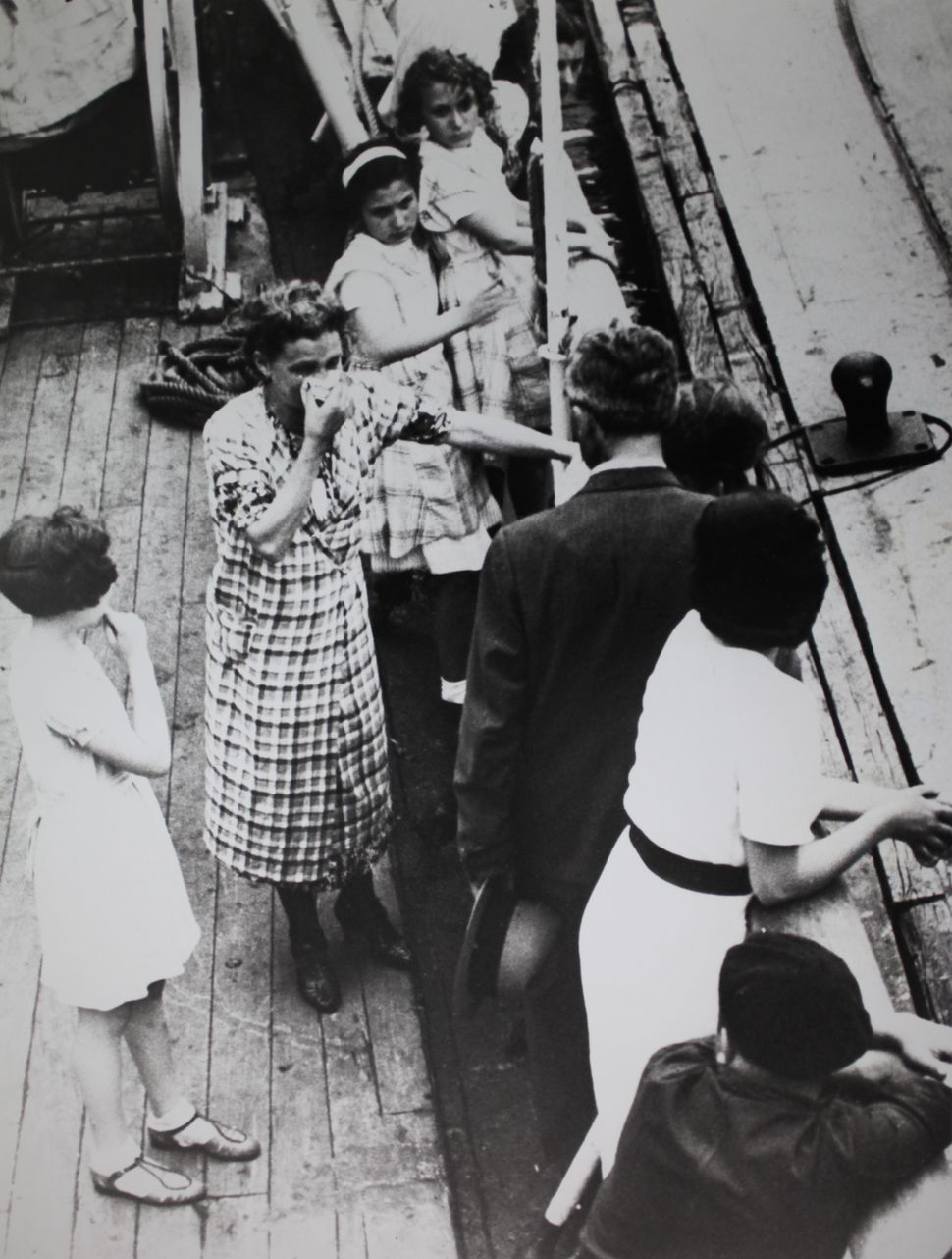 Hebrew German refugees are denied the landing in Cuba when they arrive in Havana aboard the ship Saint-Louis; a woman can't l