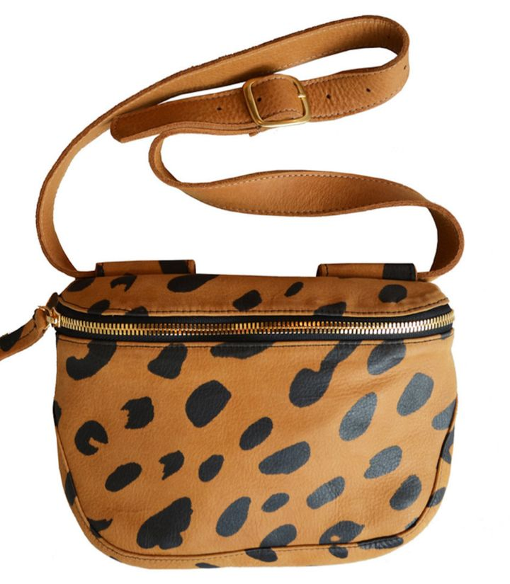 "<a rel=""nofollow"" href=""http://www.clarev.com/collections/fannypack-all/products/fannypack-jaguar-printed"" target=""_blank"">Cl"