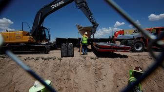 U.S. workers build a section of the U.S.-Mexico border wall at Sunland Park, U.S. opposite the Mexican border city of Ciudad Juarez, Mexico, August 26, 2016. Picture taken from the Mexico side of the U.S.-Mexico border. REUTERS/Jose Luis Gonzalez