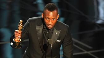 US Actor Mahershala Ali delivers a speech on stage after he won the award for Best Supporting Actor in 'Moonlight' at the 89th Oscars on February 26, 2017 in Hollywood, California. / AFP / Mark RALSTON        (Photo credit should read MARK RALSTON/AFP/Getty Images)