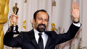 "Asghar Farhadi, director of Iranian film ""A Separation"", poses with his award for Best Foreign Language film during the 84th Academy Awards in Hollywood, California February 26, 2012.   REUTERS/Mike Blake (UNITED STATES - Tags: ENTERTAINMENT) (OSCARS-BACKSTAGE)"