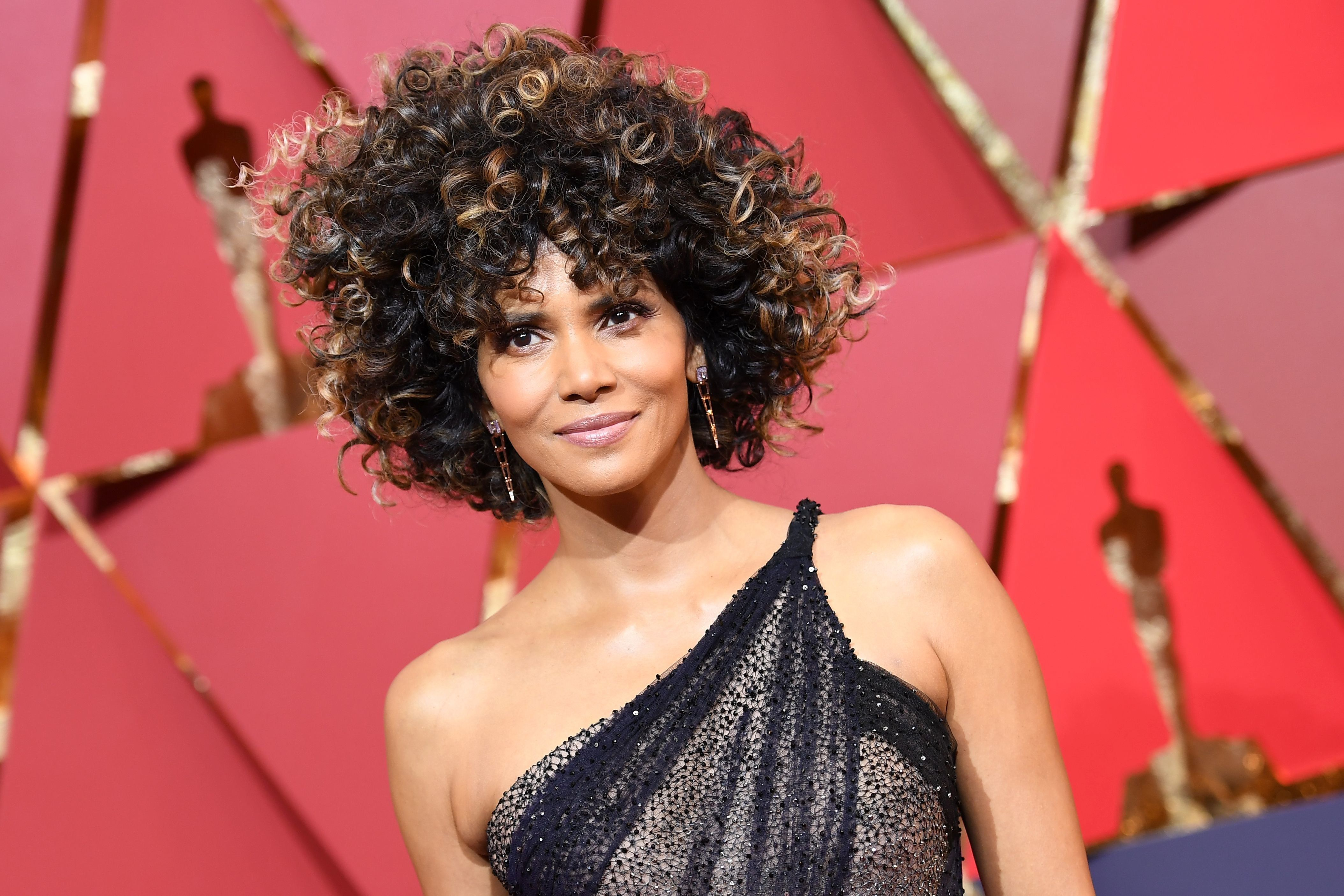 US actress Halle Berry poses as she arrives on the red carpet for the 89th Oscars on February 26, 2017 in Hollywood, California.  / AFP / ANGELA WEISS        (Photo credit should read ANGELA WEISS/AFP/Getty Images)