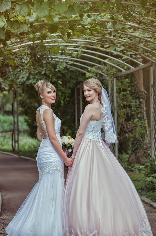Both brides opted to wear classic wedding dresses. The seamstress behind the gowns isShinji Costumes...