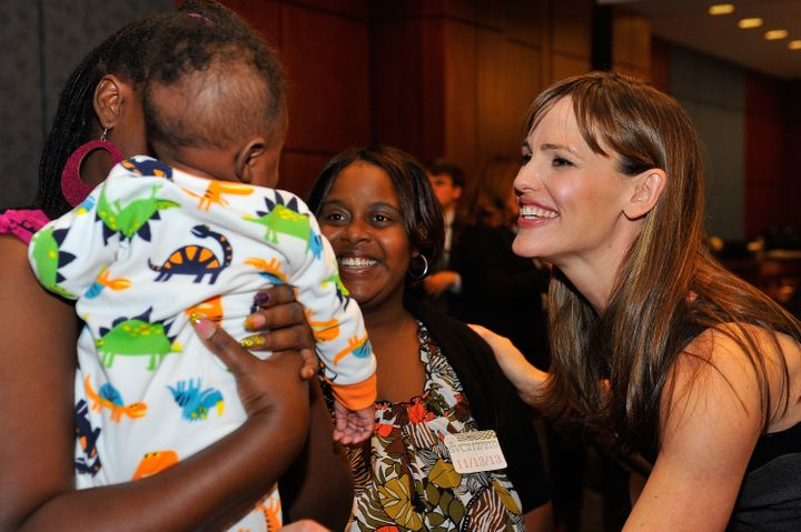 Jennifer Garner speaks with a DC family in Save the Children's Early Steps to School Success program in 2013.