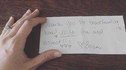 Una camarera sorprende con una nota a una mujer que estaba dando el
