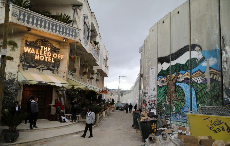 イスラエルとパレスチナの分離壁を見下ろすホテル バンクシーが開業