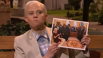 Kate McKinnon as Jeff Sessions/Forrest Gump hold photo of Kellyanne Conway in the Oval Office