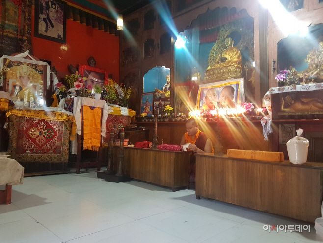 The inside of a temple in Tibetan colony. It's not so different from Korean temples./ Photographed by Jeong In-seo