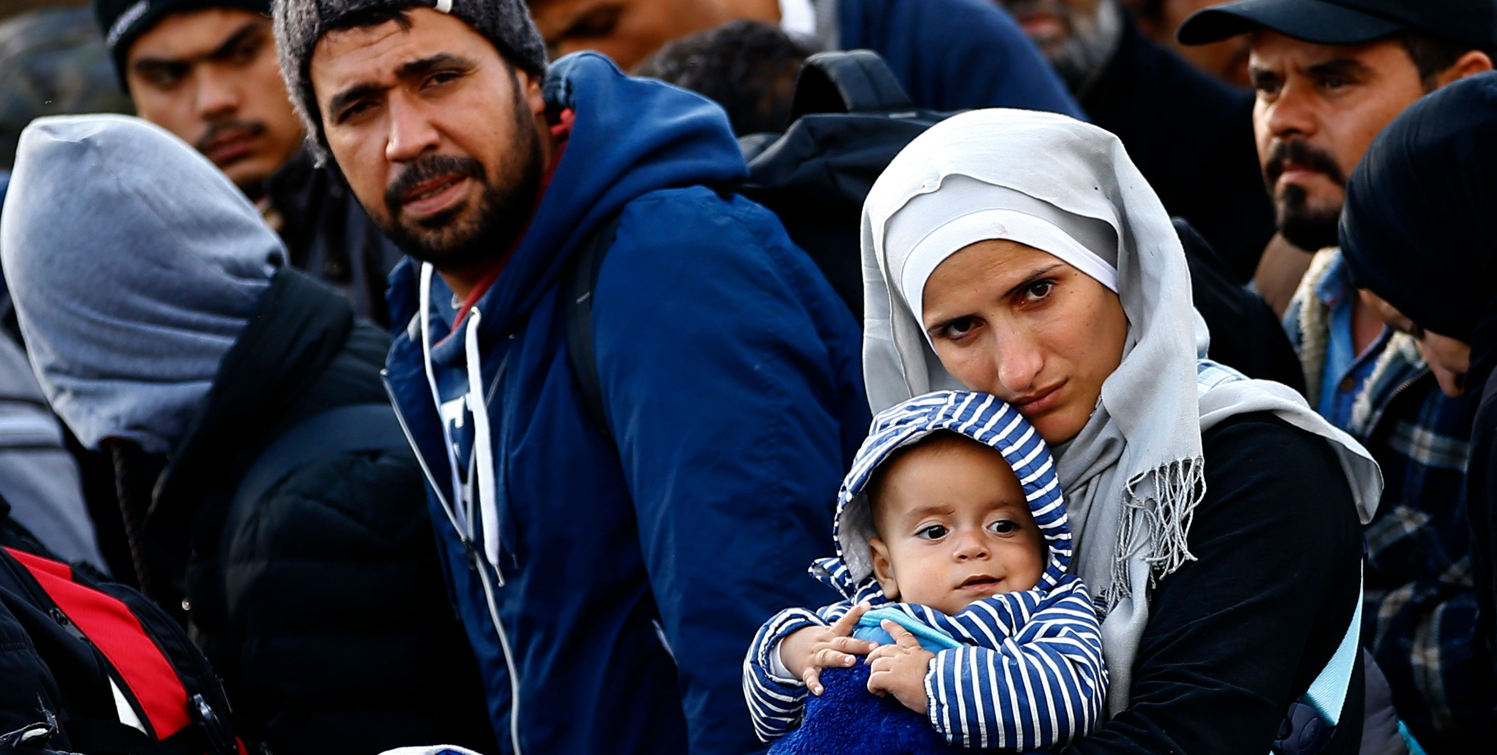 A migrant woman carries a baby as she walks towards the Austrian border from Hegyeshalom, Hungary September 29, 2015. REUTERS/Leonhard Foeger   TPX IMAGES OF THE DAY