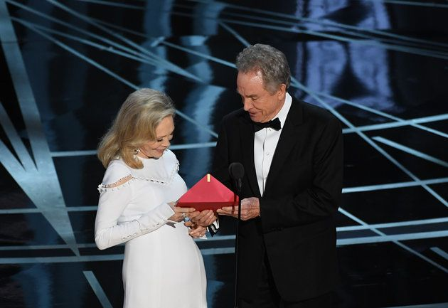 Faye Dunaway and Warren Beatty with the notorious incorrect envelope at the 2017 Academy Awards