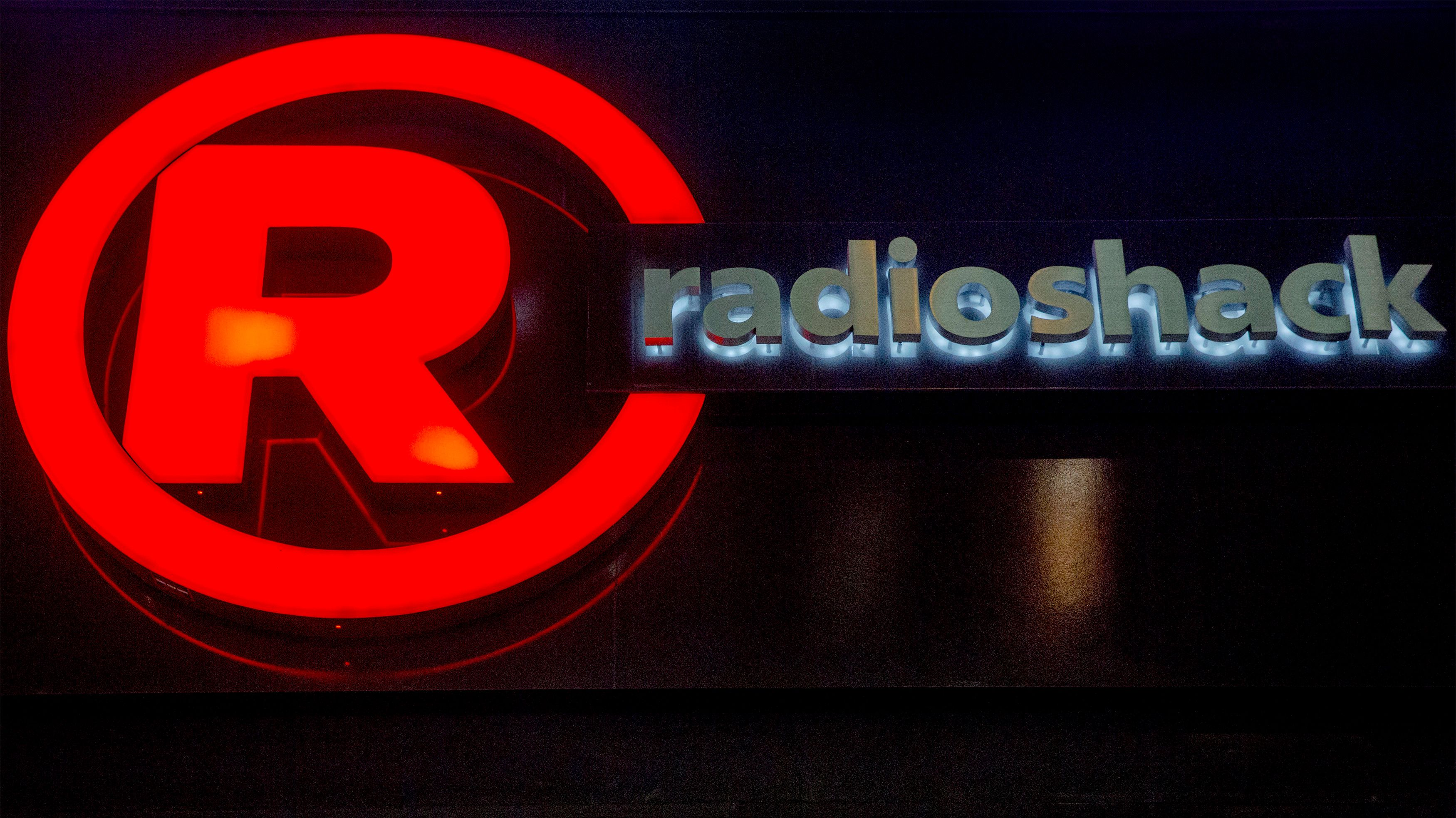 The exterior of a RadioShack store is seen in New York February 5, 2015. The electronics retailer filed for U.S. bankruptcy protection February 5, 2015 and said it had a deal in place to sell as many as 2,400 stores to an affiliate of hedge fund Standard General, its lender and largest shareholder. REUTERS/Brendan McDermid (UNITED STATES - Tags: BUSINESS LOGO)