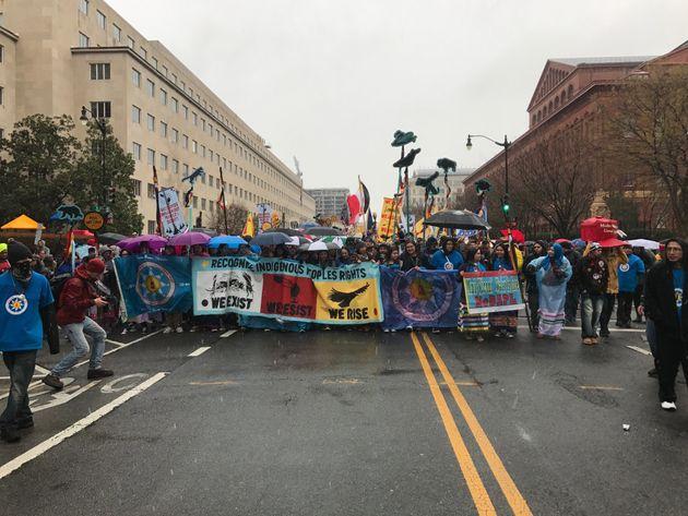 ダコタ・アクセス・パイプラインに抗議する先住民、ホワイトハウス前に集結「私たちは抵抗する」
