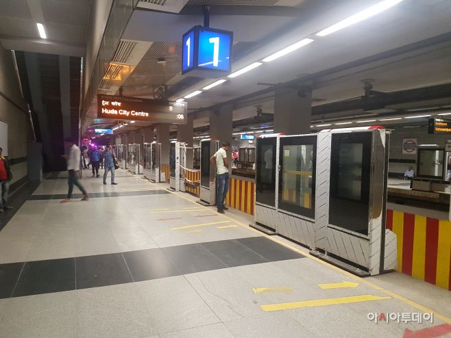 Platform screen doors are being installed at Central Secretariat metro station in New Delhi./ & Can Platform Screen Doors Keep Public Order and Safety in India ...