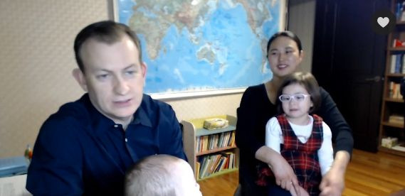 Robert Kelly, Kim Jung-A and their children being interviewed by The Wall Street